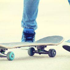 Adolescent faisant du skateboard